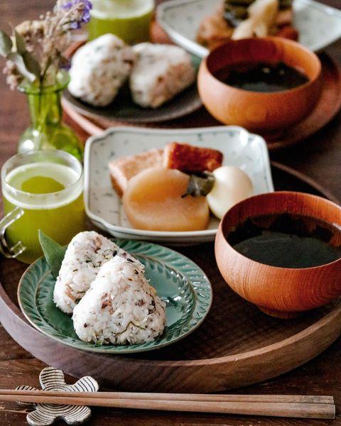 鯖、フレーク、おにぎり、味噌汁、緑茶。