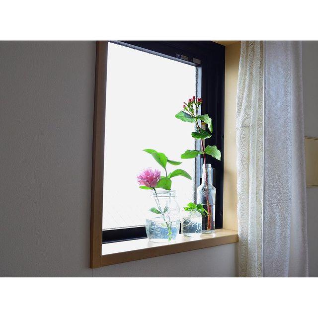 おしゃれに窓を彩るフラワーベースの事例