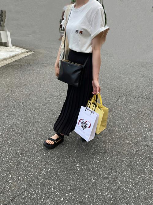 ユニクロ黒スカート×白Tシャツの夏コーデ