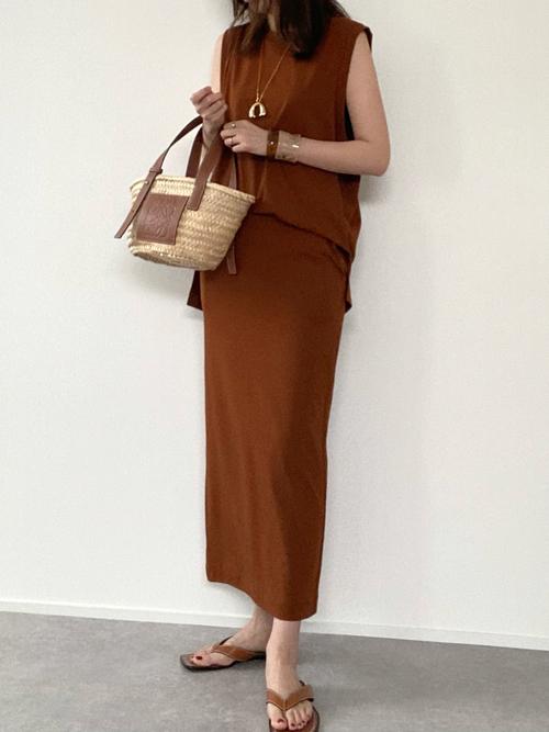 ユニクロ茶色スカート×茶色トップスの夏コーデ