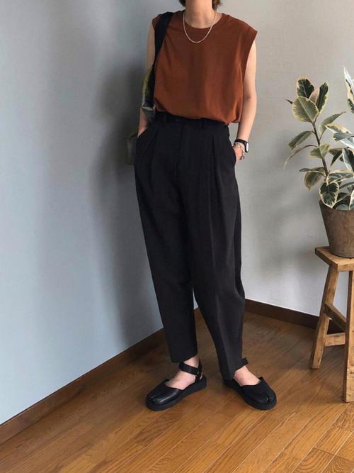 ユニクロ茶色トップス×黒パンツの夏コーデ