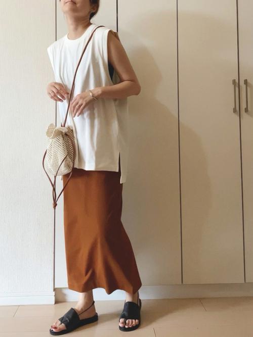 ユニクロ茶色スカート×白トップスの夏コーデ