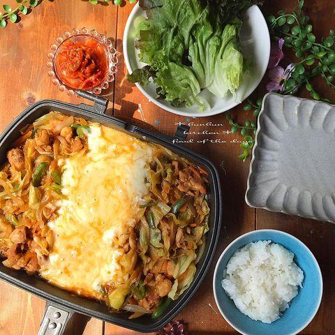 チーズ、タッカルビ、韓国料理、レタス、ご飯。