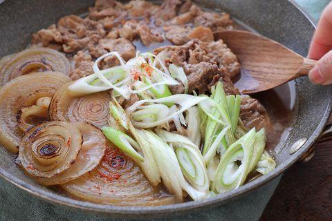 和食の定番料理!新玉ねぎと豚肉のすき煮