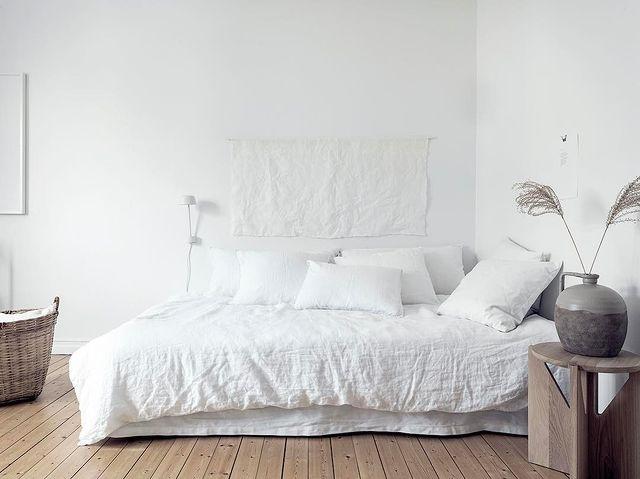 ホワイトでまとめられた寝室