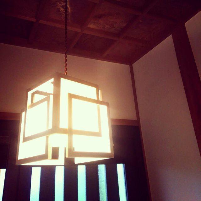 和風のペンダントライトを飾った玄関