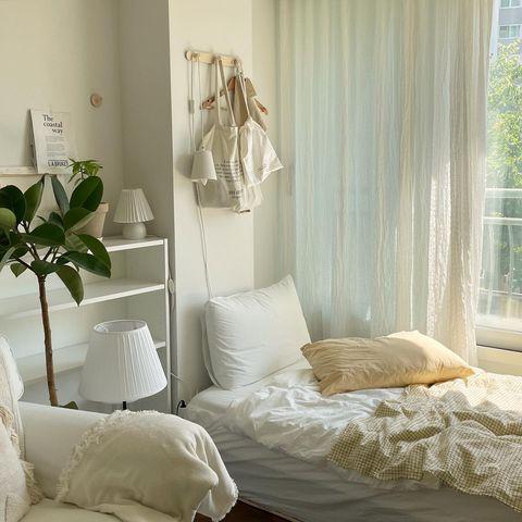 クリーム色でまとめられた寝室