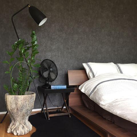 おしゃれな色の壁紙を取り入れた寝室レイアウト