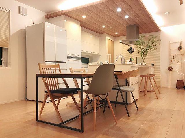 横にダイニングテーブルを配置した独立I型キッチン