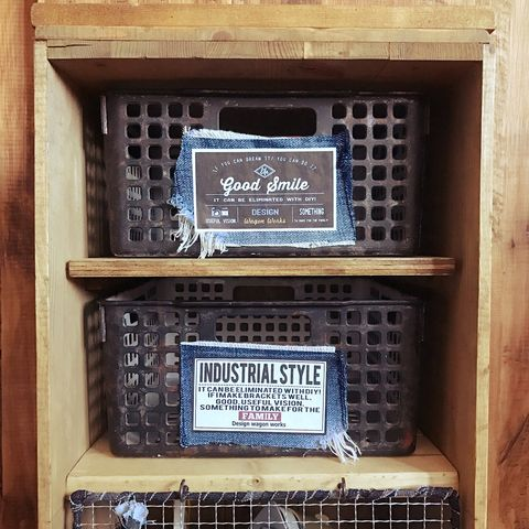 りんご箱とプラスチックかごのDIYシェルフ