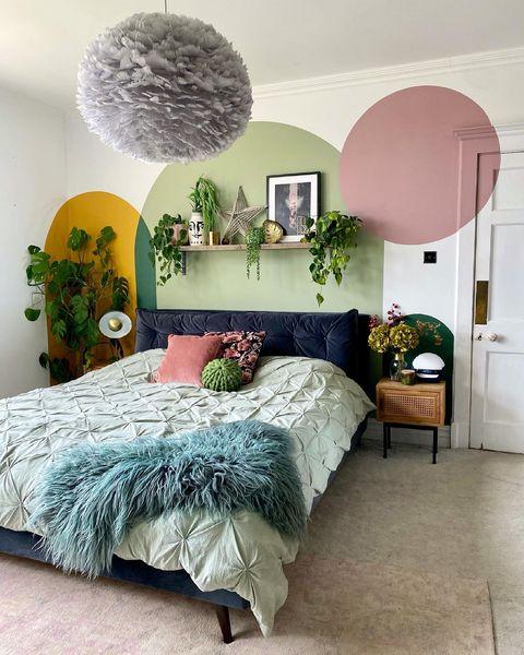 壁面のアートにピンクを取り入れた寝室
