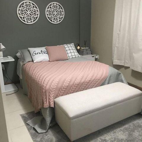 塩系インテリアにピンクを取り入れた寝室