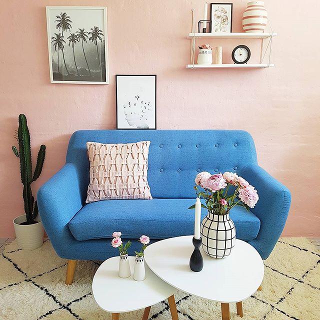 ブルーのソファを置いたピンクのお部屋