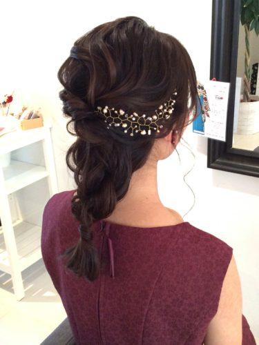ヘアアクセが似合う結婚式用セミロングの髪型