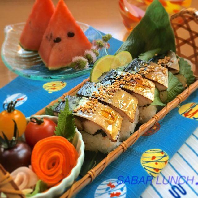 鯖、寿司、スイカ、ミニトマト、レモン。