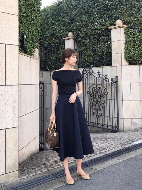 ユニクロ紺スカート×黒トップスの夏コーデ
