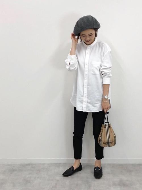 グレーベレー帽×白ロングシャツコーデ