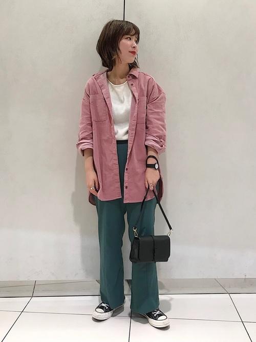ピンクシャツ×グリーンパンツ
