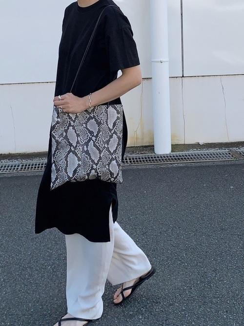 ユニクロ黒ワンピース×白パンツの夏コーデ