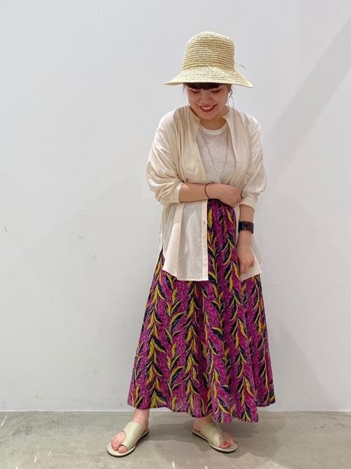 柄スカートが主役のコーデ