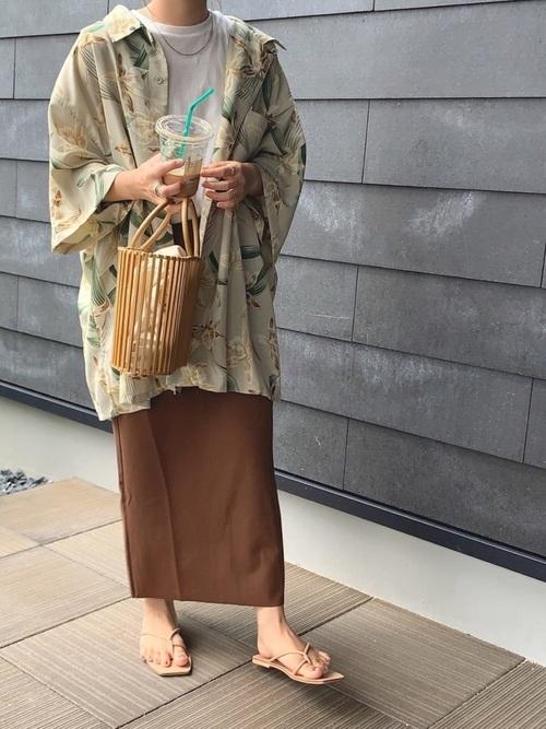柄シャツ×ブラウンスカートの夏コーデ