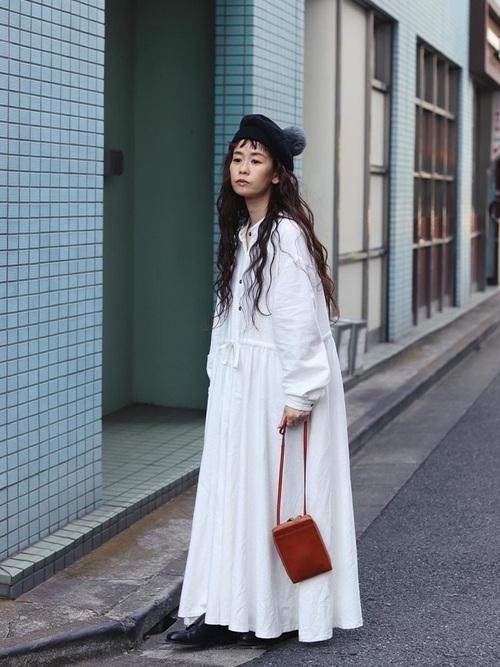 ポンポン付きベレー帽×白ワンピースコーデ
