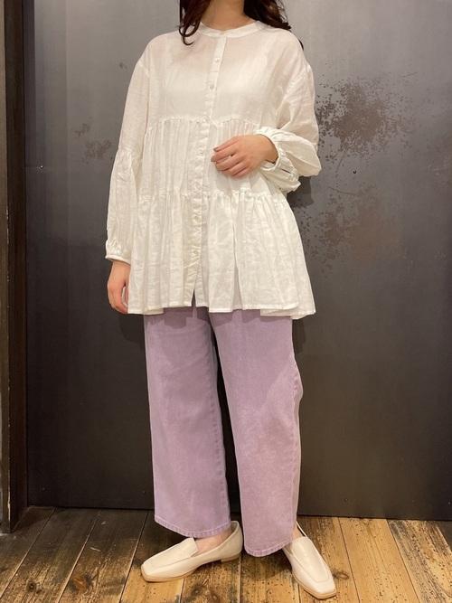 白ティアードブラウス×紫パンツコーデ