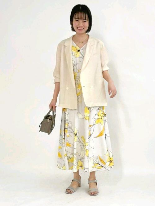黄色花柄ワンピース×ベージュジャケットコーデ