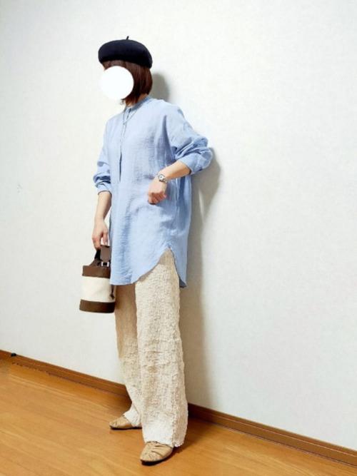 黒ベレー帽×ライトブルーシャツコーデ