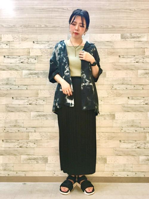 タイダイ柄シャツ×タイトスカートの夏コーデ