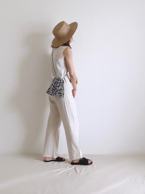 カンカン帽×白パンツコーデ