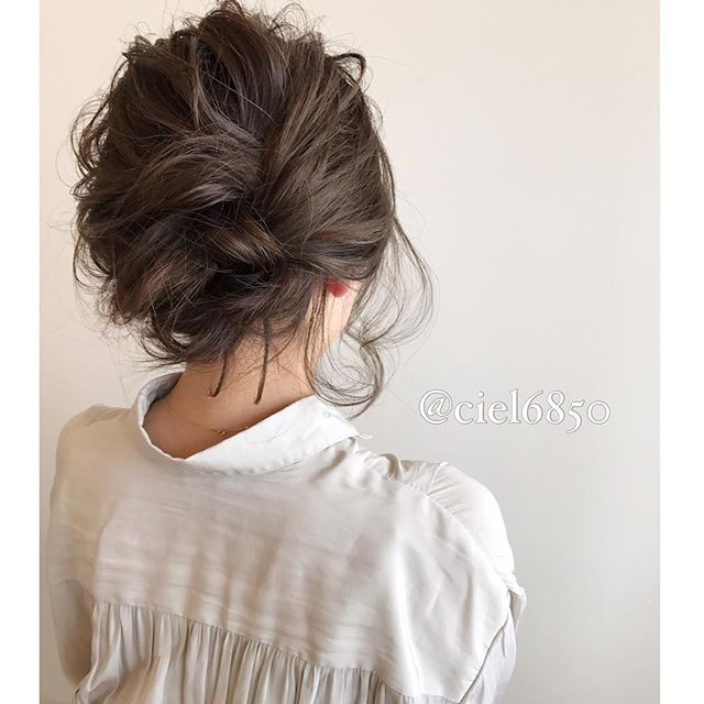 後れ毛が大人っぽいお呼ばれスタイル