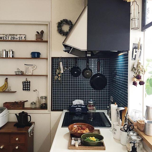 キッチン横の壁を収納として配置したI型対面
