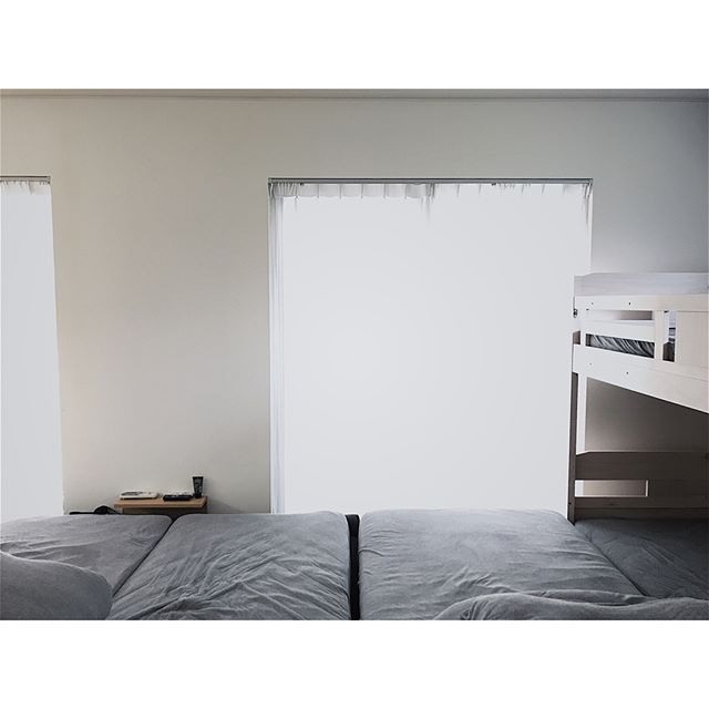 ベッドと同じ高さに設置したアイデア