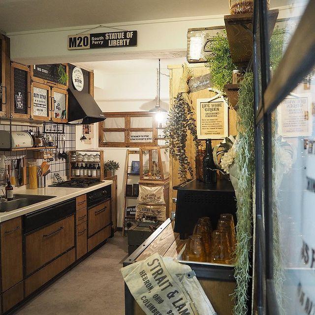 背面に食器棚を配置した壁付けI型キッチン