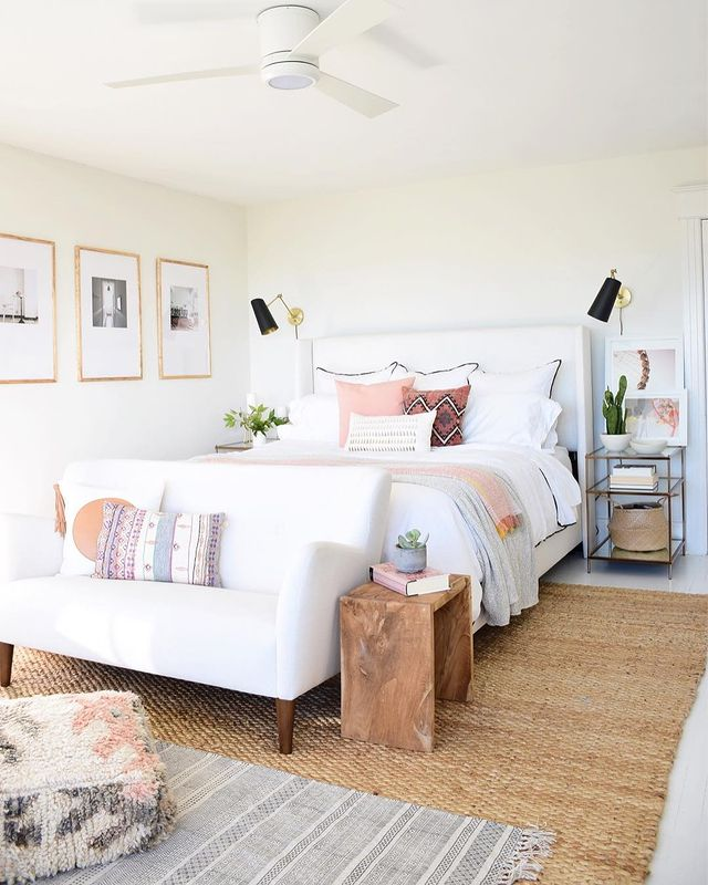 枕にピンクを取り入れた寝室