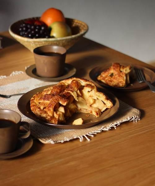 インテリアに合わせやすく温もりを感じる大皿