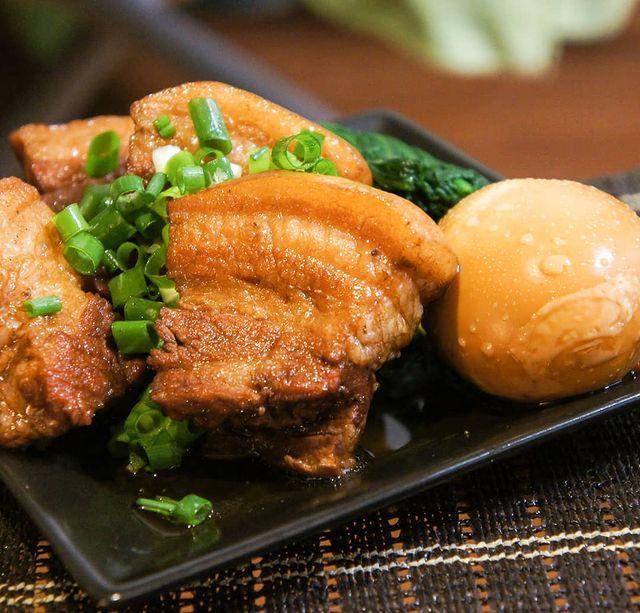 角煮、豚肉、卵、ネギ。