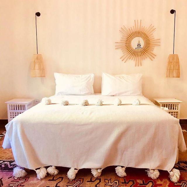 ピンク色の壁がかわいい寝室