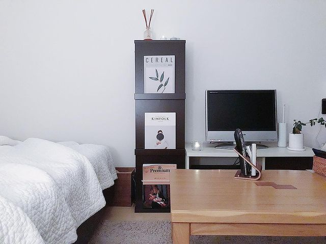 ベッドとテレビの横にラックをレイアウトした実例