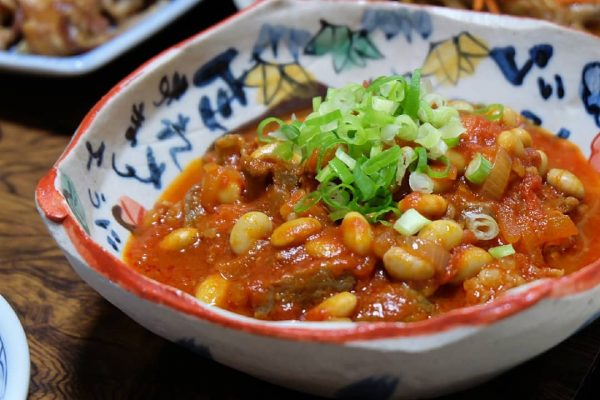 和風に調理するなら牛すじと豆のトマト煮込み