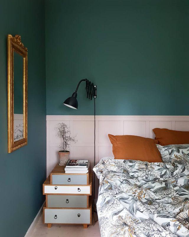 深緑のクロスがおしゃれな寝室