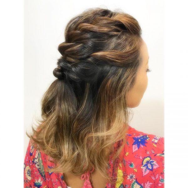 前髪ごと編み込んだ女性向けオールバック