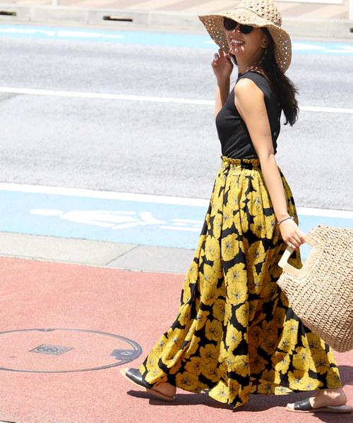 黒ノースリーブ×黒花柄スカート