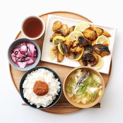 鯖、カレー、竜田揚げ、ご飯、味噌汁、漬物、お茶。