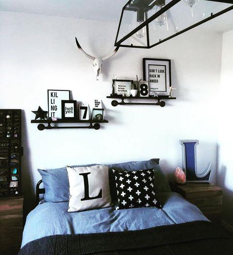 デニムブルーを取り入れたカジュアルな寝室