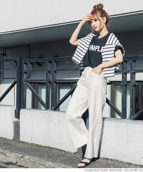 ロゴTシャツ×カットオフデニムワイドパンツ