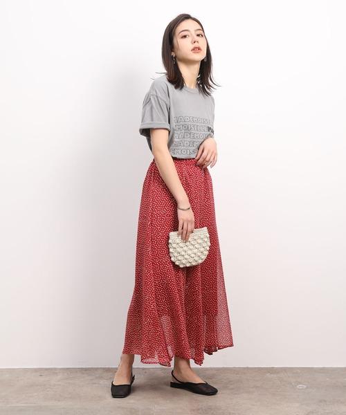グレープリントTシャツ×レッド花柄スカート