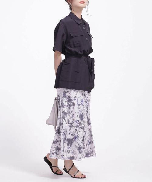 タイダイ柄スカート×ベルト付きシャツの夏コーデ