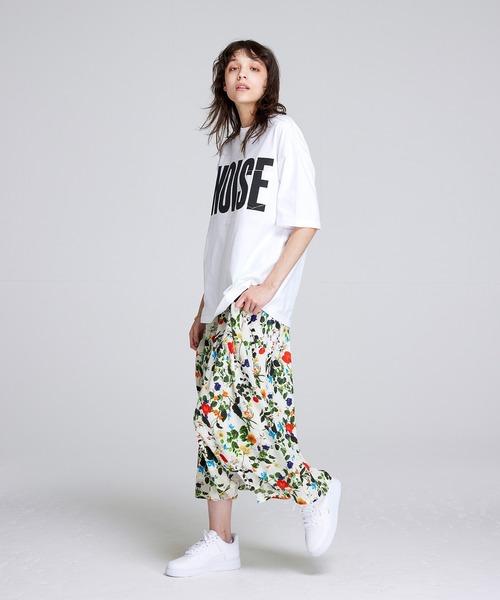 ビッグロゴTシャツ×白花柄スカート